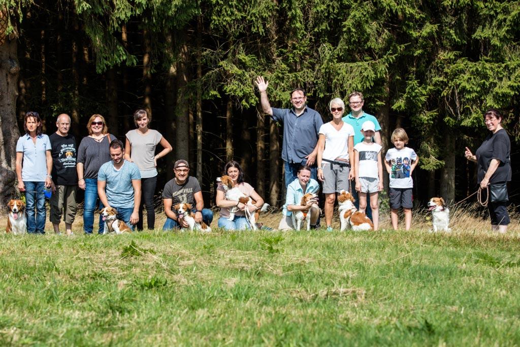 Der D-Wurf mit Papa Chester ganz links und Mama Faye rechts. Bei Ulli und Douglas nun auch Frauchen Alexandra mit Laura und Maximilian.